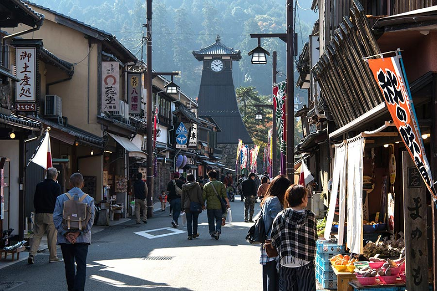 Bustling castle town of Izushi