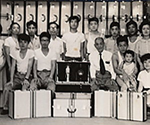 A large group of craftsman standing with their Toyooka crafted bags